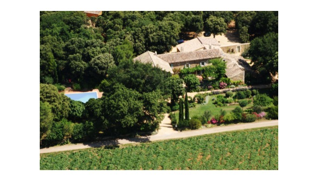 Un mas provençal au milieu des lavandes, des vignes et des truffières
